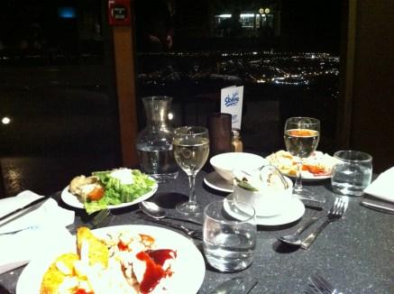 Letztes Abendessen in Rotorua - Ein Restaurant mit Stadtblick. Nur mit Gondel zu erreichen.