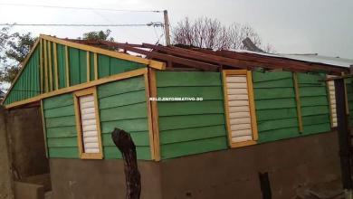 Photo of Fuertes vientos en medio de aguacero dejan varias casas sin techo en Dajabón