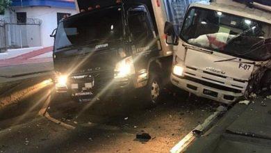 Photo of Dos camiones chocan simultáneamente con estructura peaja Autopista Duarte
