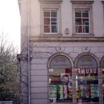 Für viele Chemnitzer ist die Limbacherstraße nicht mehr als ein schäbiger Fußabtreter des Kassbergs, in dem sich Kippenreste und Hundekacke festgesetzt haben. Oben auf dem Berg, so scheint es, thront die Bohème. Unten im Tal kriecht ihr der Pöbel zu Kreuze.