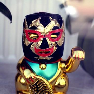 Dekoration im Schaufenster eines Kosmetikgeschäfts: Beautymasken für die Asia-Mafia.