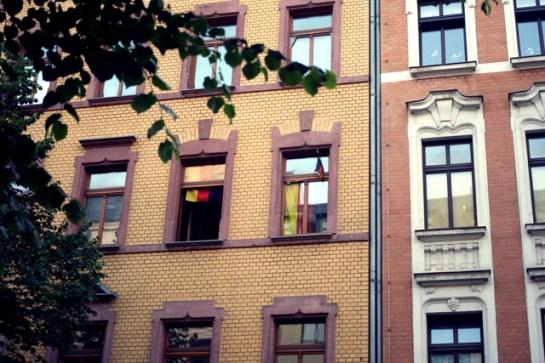 Das ist auch der Sonnenberg: Deutschlandfahnen, Reichsflaggen und irgendwo daneben hängt ein Regenbogenwimpel. Auf dem Fußweg prangt ein grünes Hakenkreuz und 50 Meter weiter vorne kann man im Rastafari-Laden linksradikales Gutmenschenzubehör kaufen. Das kann man politische Vielfalt nennen, vielleicht klafft hier aber neben der Arm-Reich- auch einfach eine riesige Links-Rechts-Schere.