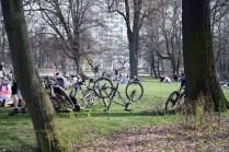 Neuer Trend innerhalb der kritischen Masse: Wie stelle ich mein Fahrrad am auffälligsten auf eine Wiese.