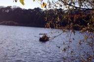 Von hier aus kann man per Boot und mit oder ohne Gondolier übers Meer in vermüllte Buchten fahren, in denen nachts manchmal traurige, alte Männer nacktbaden.