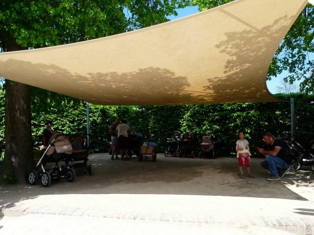Der Leipziger Zoo passt sich seinem Publikum und will den bestmöglichen Service bieten. Deswegen befindet sich unmittelbar vor dem Gondwana-Land auch ein Parkplatz für Kinderwagen. Hier finden geschätzt bis zu 50 Exemplare einen Unterschlupf - unangeleint und ohne Aufsicht. Ein Paradies für den geneigten Kinderwagensammler.