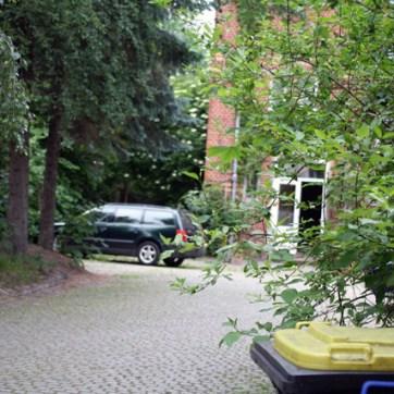Mafiöser Hinterhof, entdeckt in Bernsdorf: In der Mülltonne vermutet: Überreste des Sohns, der nichts mit Musik machen wollte.