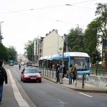 Ebenfalls entdeckt: Menschen! Auf der Straße! Ausgespuckt von einer Straßenbahnlinie, die es vielleicht bald nicht mehr geben wird.