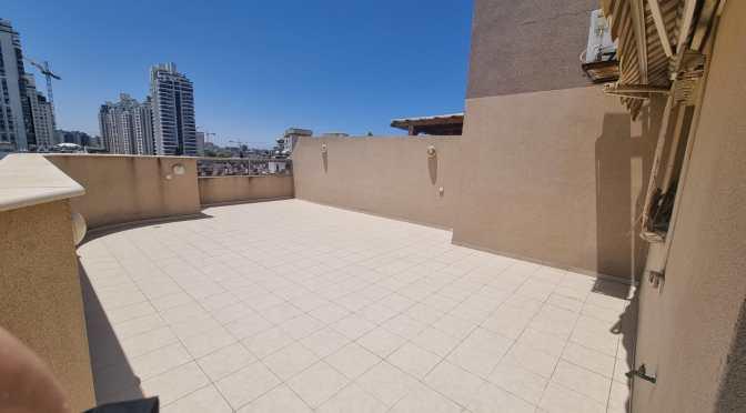 דירת גג ענקית, 5 חדרים, חנייה, מעלית, ממד ברחוב המכבים, מרכז העיר, חולון.