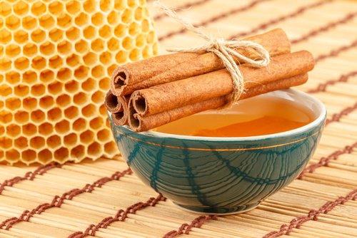 Miel de abeja y canela molida para adelgazar  Este tema es muy popular entre muchas personas. ¿Qué se puede hacer sobre la pérdida de peso?  Puede utilizar la canela como una adición a cada comida.Consumir 1/4 de una bolsa de canela en cada comida.Sustituir el azúcar con canela (total o parcialmente) Hacer una mezcla para la pérdida de peso y beber en intervalos. Beneficios de la canela con miel en ayunas  Cada mañana con el estómago vacío y tarde en la noche antes de ir a la cama, consumir una mezcla de canela y miel. Por el consumo regular de esta mezcla vas a perder peso.Esta técnica funciona en personas con sobrepeso también. Esta mezcla no permitirá la acumulación de las grasas en su cuerpo. Miel con canela como preparar  Esta bebida la pérdida de peso se prepara tarde en la noche. Hervir 200 ml de agua Ponga la mitad de una bolsa de canela en una taza y verter el agua hervida en ella. Cubrir el vaso durante media hora. Cuando el agua hervida con canela se enfríe, añadir 1 cucharada de miel en ella. Beber la mitad de la mezcla antes de ir a la cama y almacenar la otra mitad en la nevera. Temprano por la mañana con el estómago vacío beber la otra mitad. No añadir nada más a este líquido. No beber durante el día, ya que es eficaz sólo si se bebe con el estómago vacío o antes de ir a la cama. Esta bebida es eficaz para todo tipo de personas. Con el tiempo, verá cambios en su cuerpo y también puede comenzar a perder peso.  Este tratamiento conduce a la pérdida de peso significativa debido a la canela y la miel, ya que son eficaces en la limpieza del tracto digestivo, la destrucción de los parásitos, hongos y otras bacterias que ralentiza el proceso de digestión. Después de limpiar el organismo, la pérdida de peso va a tener un cambio.  Té de canela con jengibre para adelgazar  Añadir 1/4 de una bolsa de canela en una taza de agua tibia. Añadir una cucharadita de jengibre de tierra en la misma copa. Puedes añadir a esta mezcla el yogur, si así lo desea. Tiene que se