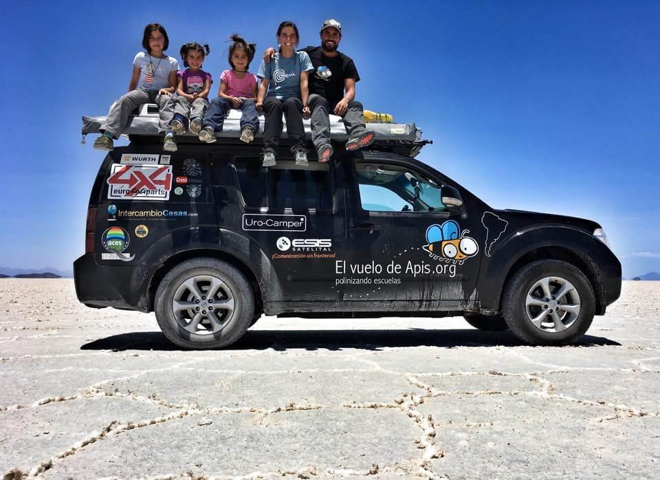 Familia sentada arriba de techo de camioneta
