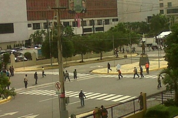 "0e9306faa09a30f619b53d99916c44ba 620x412 Se arma ""liazo"" frente al Congreso por Loma Miranda [RD]"