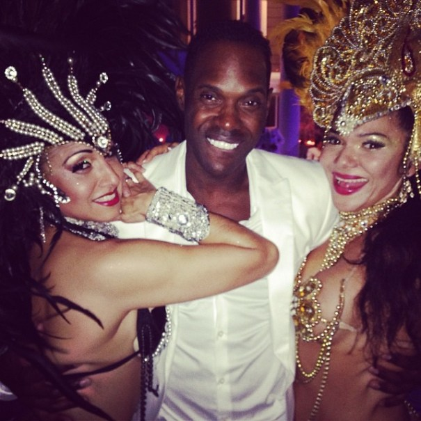 Magic Juan y dos bailarinas de Samba