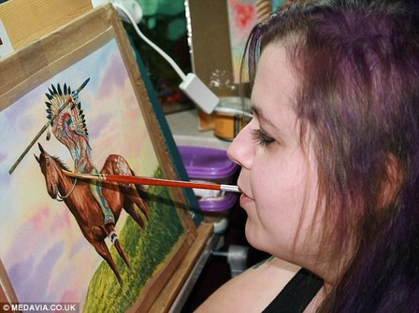 image Artista discapacitada pinta cuadros con la boca [fotos]
