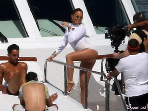 jennifer lopez butt booty shorts yacht 0213 22 580x435 Jennifer Lopez sigue calentando la pista