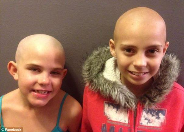 Apoyo: Kamryn Renfro (izquierda) se afeito la cabeza para apoyar a Delaney Clements, (derecha)