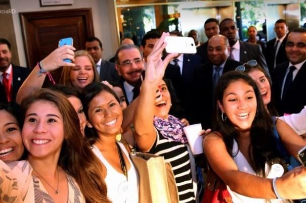 "b156f01087b94a35bbe0888b5c4b73be 620x412 Danilo y su ""Selfie"" con turistas [RD]"