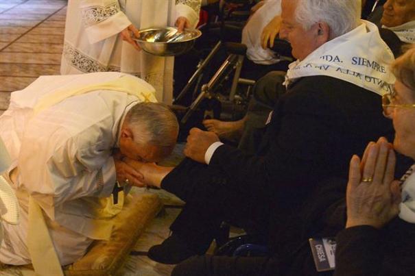 El papa Francisco encabezó la emotiva ceremonia de Jueves Santo. Foto: AFP