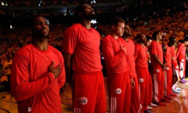 Los jugadores de los Clippers utilizaron sus uniformes al revés.