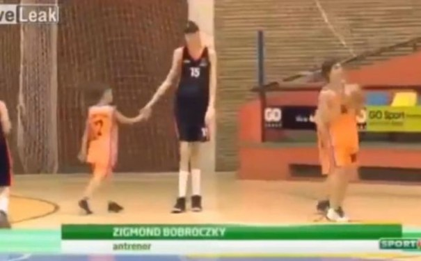image4 Con 13 años y con sus 7 pies 4 pulgadas, es más alto que todos en la NBA