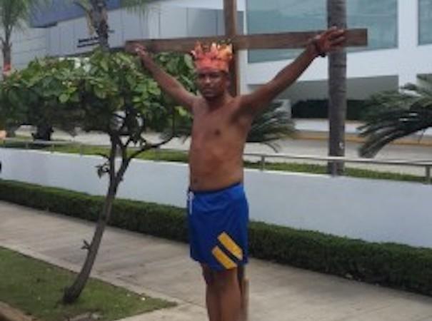 se-crucifico-frente-a-aduanas
