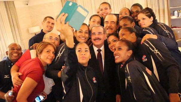 15361848416 6a9fb31061 z Presidente chillin con Las Reinas del Caribe