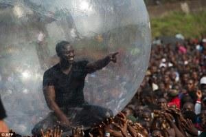 FOTO - Dique Akon canta en una burbuja para prevenir el contagio del ebola
