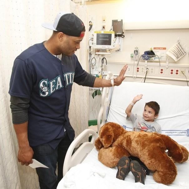 Robinson Cano compartiendo con nino en hospital