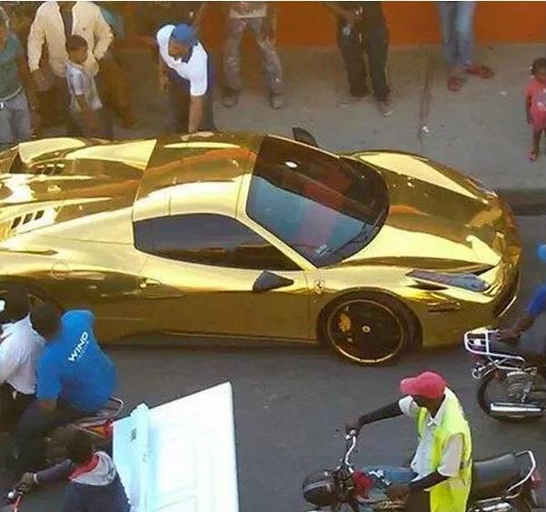 22 Robinson Canó en su Ferrari oro ´dando vuelticas´ en San Pedro [RD]