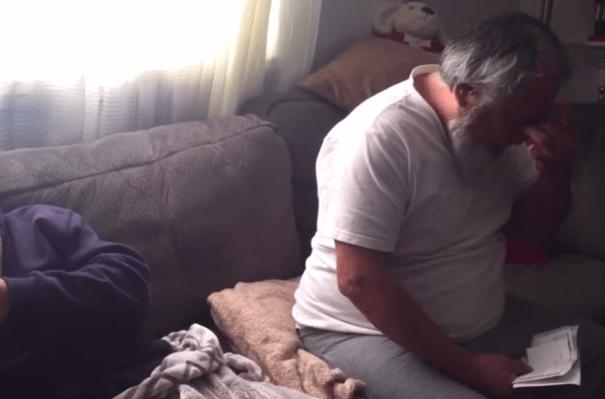 padre Video   El mejor regalo de Navidad:Hijo paga la hipoteca de sus padres