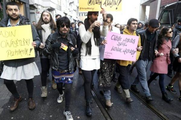 hombres con minifalda marcharon en turquia contra violencia machista Foto: Hombres marchan en minifalda contra violencia