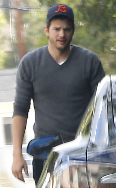rs_634x1024-150223134953-634-ashton-kutcher-out-about.ls.22315