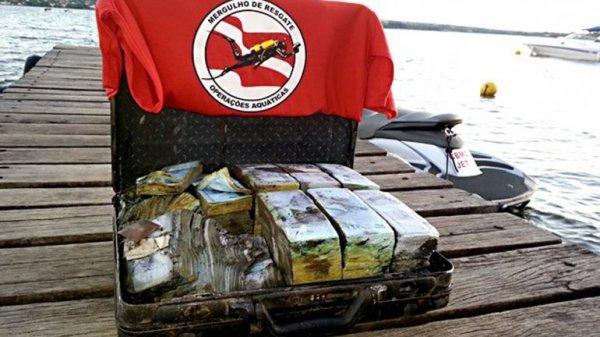 0012456750 Foto: Hallan maletín timbi de dinero falso en fondo de laguna [Brasil]