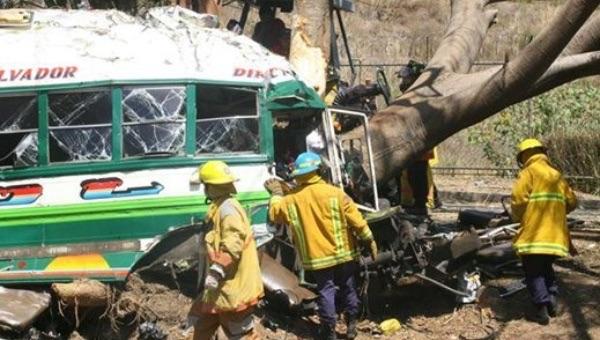 image108 Accidente de tráfico en Bangladesh deja 25 muertos