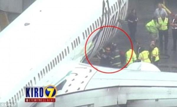 image224 Tipo se queda dormido en zona de carga de avión