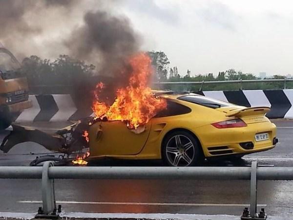 image234 Esto ocurre cuando Porsche cae en charco de agua a 150 MPH