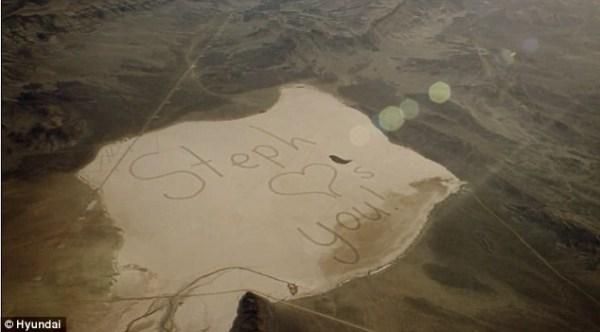 image245 Adolescente escribe mensaje en el desierto para el padre astronauta
