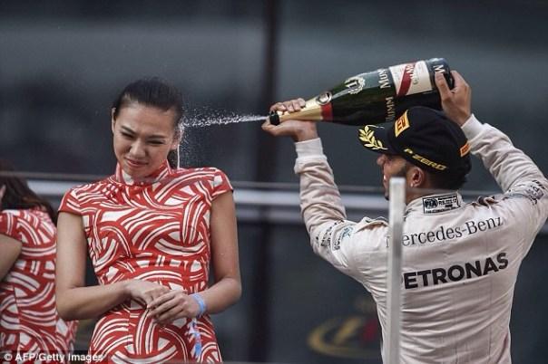 img 7297 Lewis Hamilton criticado por bañar con champán una modelo
