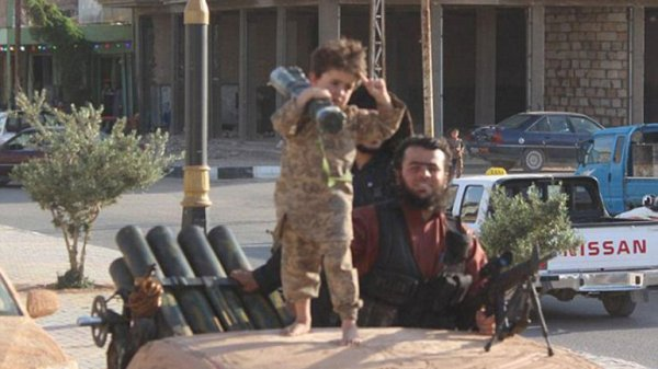 0012660688 Foto: ISIS celebrando con carajitos portando fusiles