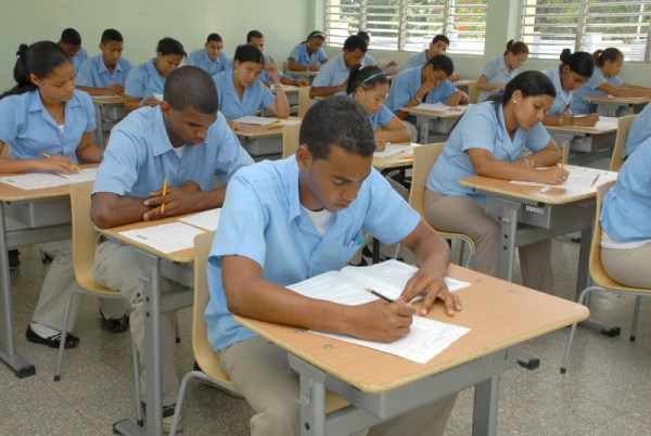 estudiantes de media 800x536 Inician pruebas finales año escolar RD