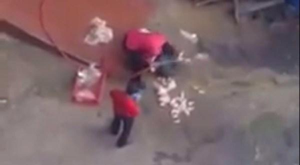 image228 Video   Empleados de KFC lavando pollo en piso de concreto