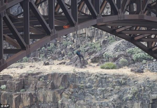 image358 Paracaidista rescatada luego de quedar colgando en un puente
