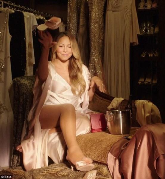 image409 Mariah Carey se despoja de su bata en sexy video