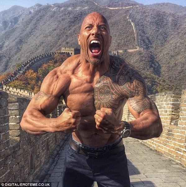 image724 Foto   Dwayne Johnson se muestra roca en la Gran Muralla China
