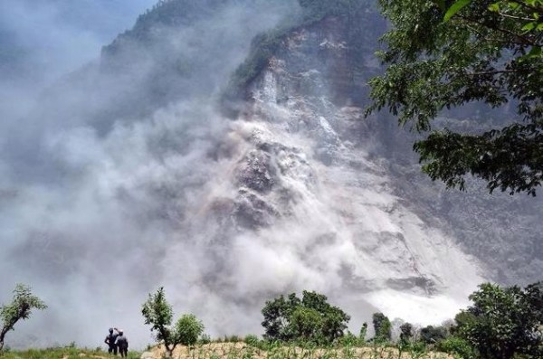image236 Deslizamiento entierra 6 pueblos en Nepal, al menos 30 muertos