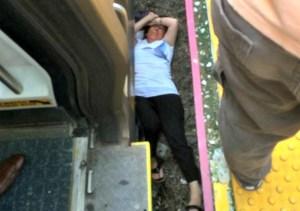 atrapada FOTO   Doña queda atrapada debajo de un tren (NY)