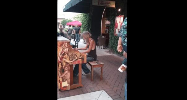 piano Hombre que vive en la calle impresiona al tocar el piano