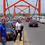 puente Hombre se lanza puente en Santiago; vive pa contarlo!