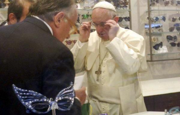 papa francisco VIDEO –El Papa sorprende en una óptica de Roma
