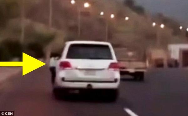 conducia-con-hija-guindando-puerta-carro-video