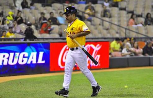batboy Mas fotos de Héctor Acosta como recoge bate de Las Aguilas